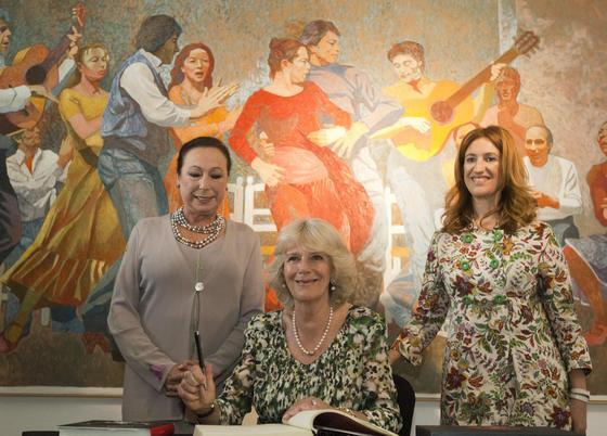 La esposa del heredero británico plasma su firma en el libro de honor del Museo del Bailar Flamenco.  Foto: Manuel Gómez