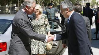 El Presidente de la Junta de Andalucía, José Antonio Griñán, saluda al Príncipe de Inglaterra.  Foto: Eduardo Abad (EFE)