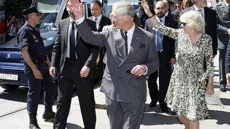 El Príncipe de Gales junto a su esposa Camilla a su llegada a Sevilla.  Foto: Eduardo Abad (EFE)