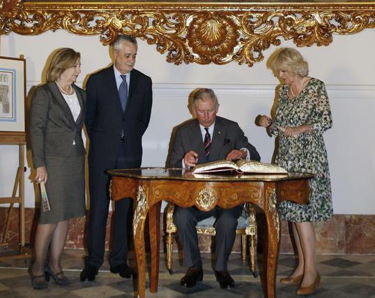 El Príncipe de Gales firma en el libro de honor de la Junta de Andalucía.