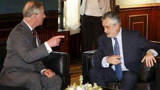 El Príncipe Carlos conversa con Griñán en una de las dependencias de San Telmo.  Foto: Eduardo Abad (EFE)