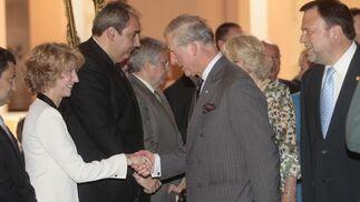 El Príncipe Carlos de Inglaterra saluda a la delegada de Cultura, Maribel Montaño.  Foto: Belén Bargas