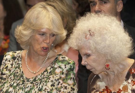 La esposa del Príncipe Carlos de Inglaterra conversa con la Duquesa de Alba.  Foto: Manuel Gómez