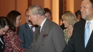El Príncipe Carlos de Inglaterra saluda al delegado de PP, Gregorio Serrano.  Foto: Belén Bargas