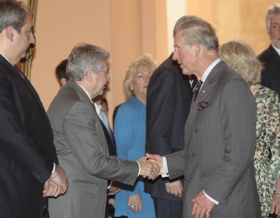 El Príncipe Carlos de Inglaterra saluda al vicepresidente de Tussam, Juan Ramón Troncoso.  Foto: Belén Bargas