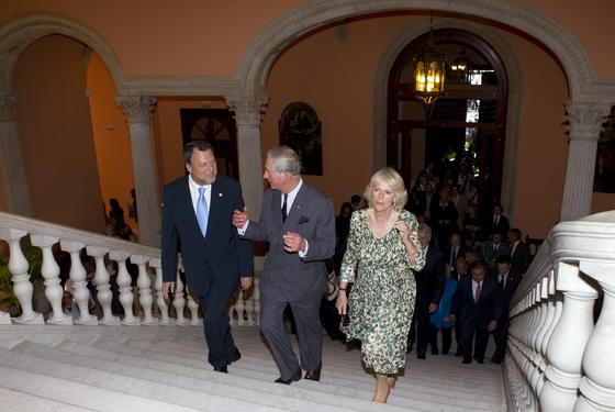 El Príncipe de Gales conversa con el alcalde de Sevilla mientras su esposa contempla las galerías del Ayuntamiento hispalense.  Foto: Julio Muñoz (EFE)