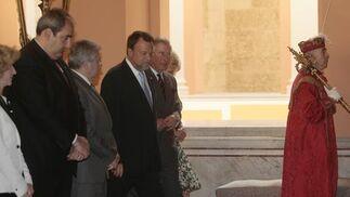 El alcalde presenta a los delegado municipales a la realeza de Gales.  Foto: Belén Bargas