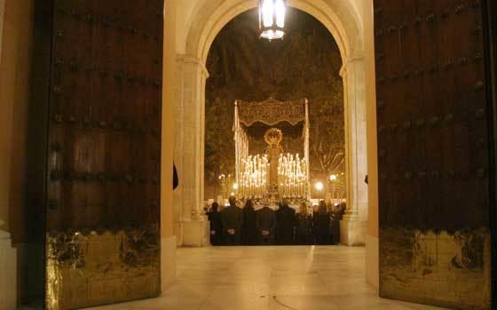 2004. La Virgen de la Amargura salió sin San Juan en el mes de noviembre por el 50 aniversario de la coronación canónica. La hermandad celebró unos días de culto en la Catedral.