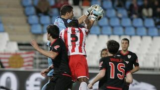 Iraizoz bloca una pelota en una salida. / Javier Alonso