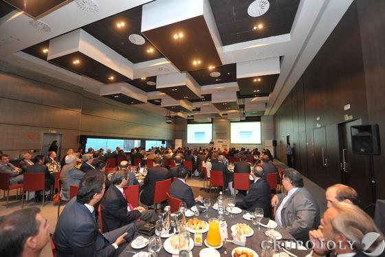 Los asistentes oyen atentamente la intervención de Rafael Doménech, economista jefe para Economías Desarrolladas de BBVA Research, en el hotel Barceló de Málaga.  Foto: Javier Albiñana