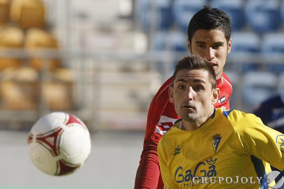 Belencoso sigue el balón con la mirada.  Foto: Julio Gonzalez