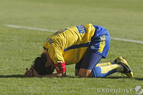 Pablo se lamenta en el césped.  Foto: Julio Gonzalez