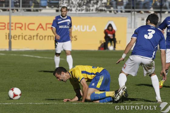 Villar cae ante Andrés Sánchez.  Foto: Julio Gonzalez