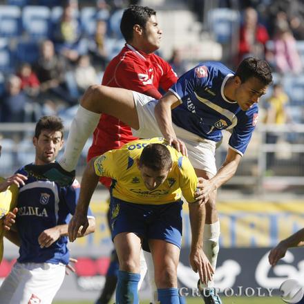 El meta local y un defensa caen sobre Belencoso.   Foto: Julio Gonzalez