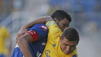 El delantero pelea con el capitán de los norteafricanos.   Foto: Julio Gonzalez
