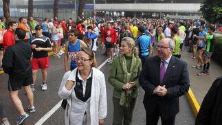Felisa Rosado, delegada de Deportes, con los rectores de Hipercor.  Foto: Miguel Angel Gonzalez