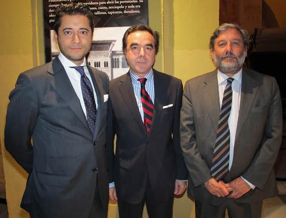 Javier Ortega y José Manuel Romero, de Grupo Puma, con Armando Beca, de BNP Paribas.   Foto: Victoria Ramírez