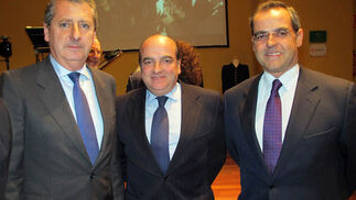 Jesús Maza, consejero delegado de Emasesa; Luis Miguel Martín Rubio, director de Negocio de Ernst & Young, y Jerónimo Rodríguez (Unicaja).  Foto: Victoria Ramírez