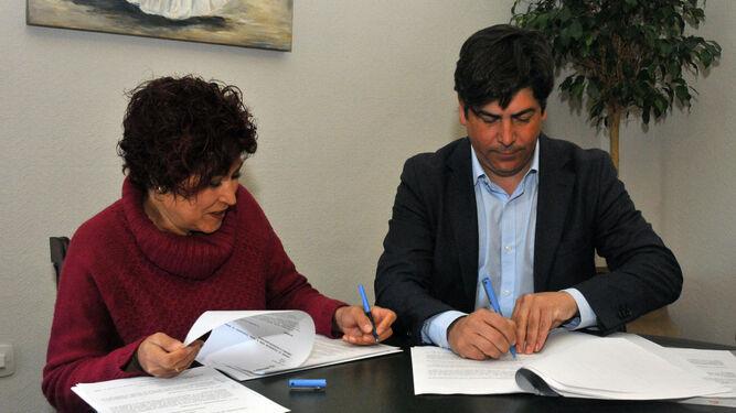 Ana Beatriz Páez y el alcalde, Rafael Llamas, rubrican el acuerdo.