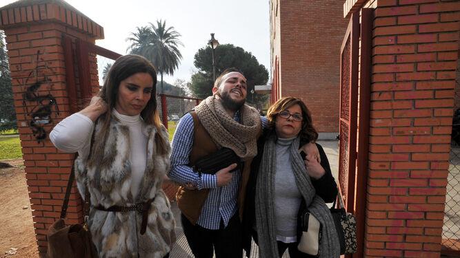 Menacho abandona la Audiencia junto a su madre (derecha) y su abogada.