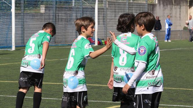Los jugadores del Juanín y Diego celebran un tanto en El Fontanar.