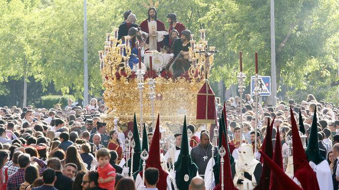 El paso de la Sagrada Cena, por la avenida de Guerrita.