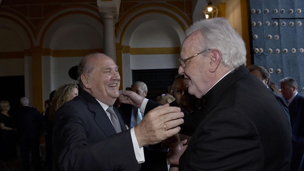 José Moya saluda al cardenal Carlos Amigo Vallejo.