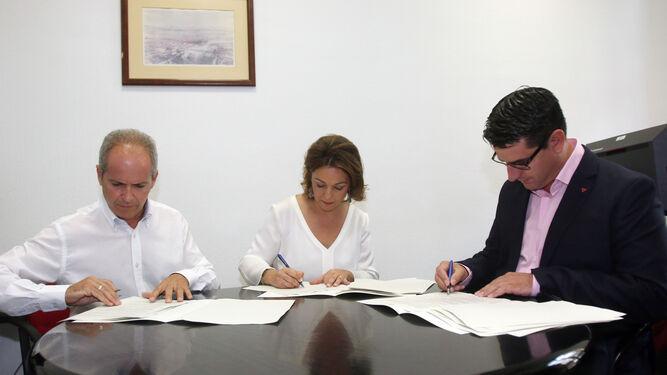 Rafael Blázquez, Isabel Ambrosio y Pedro García firman el pacto de 51 medidas para la investidura de la alcaldesa.