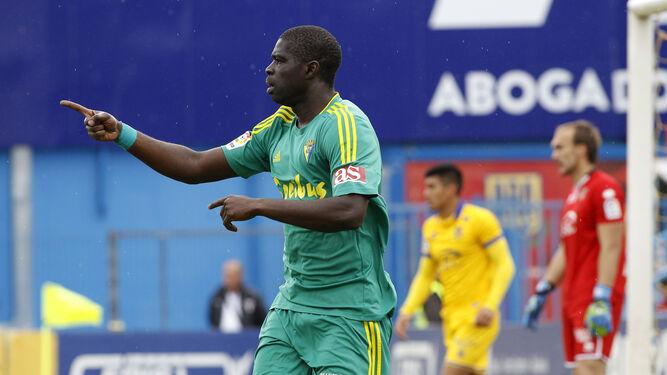 El central cadista Khalifa Sankaré celebra su gol al Alcorcón, con los alfareros Fede Vega y Dmitrovic al fondo.