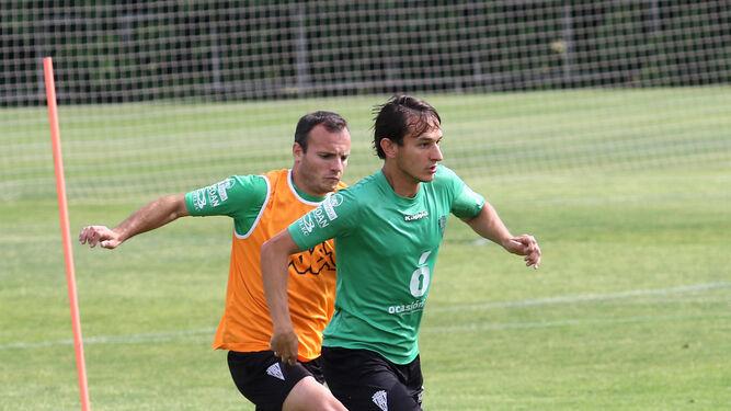 Mariano Bíttolo es presionado por Juli durante un entrenamiento en la Ciudad Deportiva.
