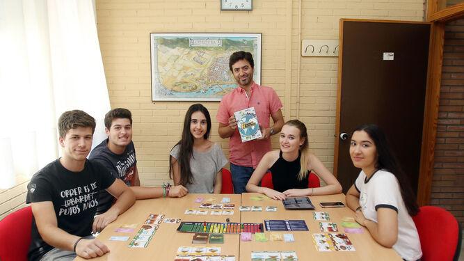 El profesor Rafael Mendoza muestra el juego con un grupo de alumnos del Instituto Medina Azahara.