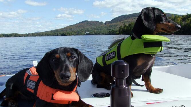 En embarcaciones de recreo, se le debe colocar el chaleco salvavidas.