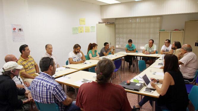 """Reunión del grupo que forman """"Cooperativizando Barrios"""" fotografiados en una de sus sesiones."""