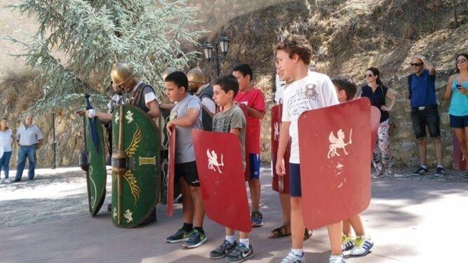 Unos niños participan en un taller para convertirse en legionarios.