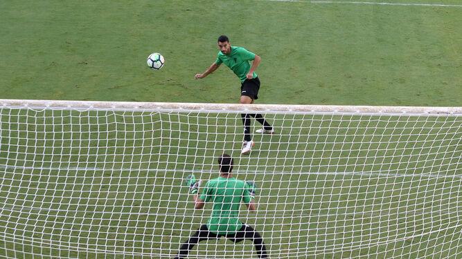 Álex Vallejo conecta un cabezazo ante la portería de Alberto González, durante la sesión de ayer.