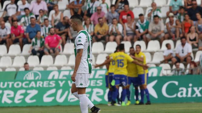 Sergi Guardiola, con la mirada perdida, mientras los jugadores cadistas celebran el primer tanto.