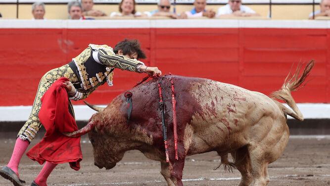 Andrés Roca Rey, en la contundante estocada que propinó al tercer toro.
