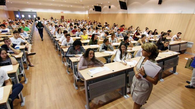 Alumnos durante la realización de las pruebas, ayer en el aula magna de Medicina.
