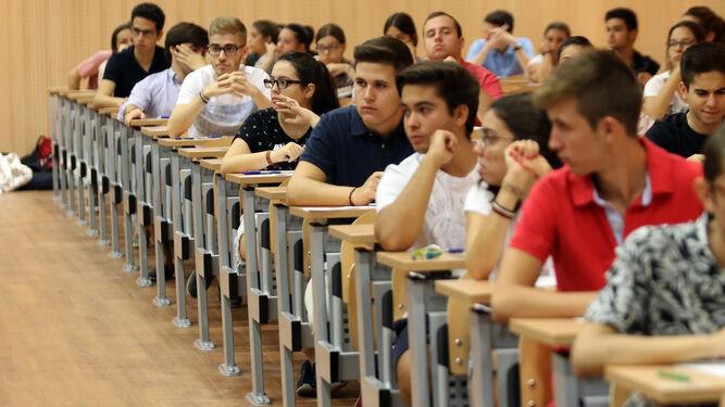 Los estudiantes esperan el momento para poder iniciar los exámenes.