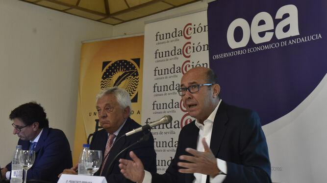 Francisco Ferraro, con Francisco Herrero, presidente de la Cámara de Comercio de Sevilla, y Manuel Alejandro Hidalgo.
