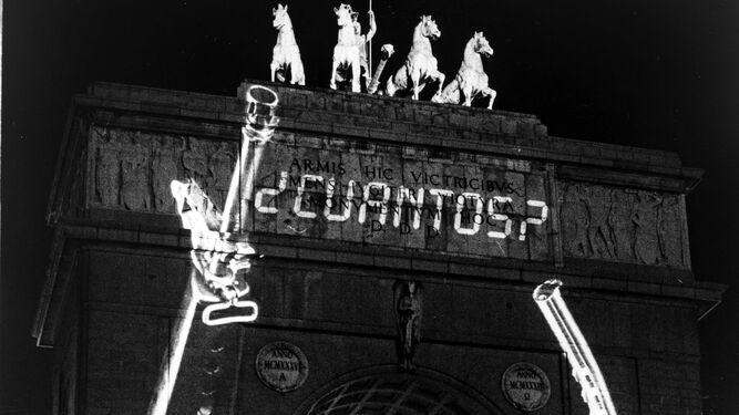 Contexto y pretexto. Sobre estas líneas, el cuadro que Salomé del Campo presentó en la exposición 100%, que pudo verse en Sevilla y Málaga en 1993. A la izquierda, instalación del polaco Krzysztof Wodiczko en el arco del triunfo de la Ciudad Universitaria del Madrid (1991). Abajo, espectadores en la exposición 1980, celebrada en la galería Juana Mordó en 1979.