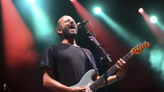 Josele Santiago, durante un concierto de Los Enemigos.