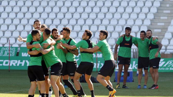 Los jugadores del Córdoba se divierten durante los ejercicios de activación del inicio del último entrenamiento, celebrado ayer en El Arcángel.