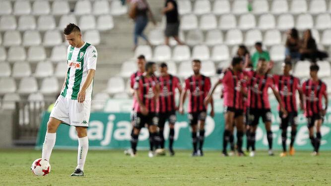 Los jugadores del Tenerife, al fondo, celebran uno de sus tantos en El Arcángel.