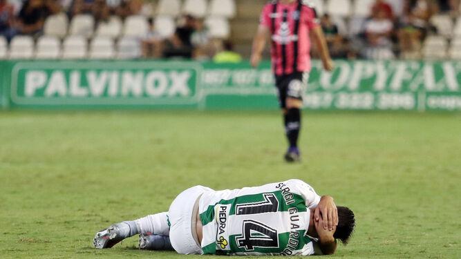Sergi Guardiola se duele en la cabeza tras un salto.