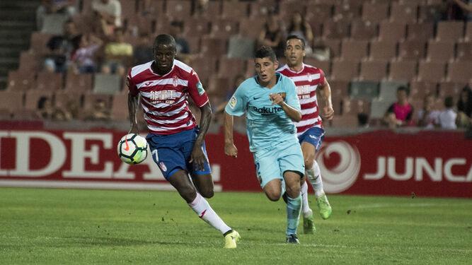El delantero del Granada Adrián Ramos pugna por el balón con Dani Morer (Barcelona B).