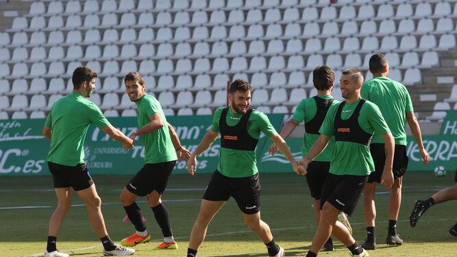 Los jugadores del Córdoba, en parejas, durante un ejercicio del entrenamiento de ayer en El Arcángel.