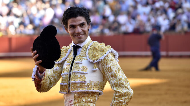 Pablo Aguado saluda al tendido.