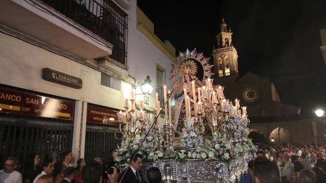 El paso de María Santísima de la Victoria, con San Lorenzo al fondo.