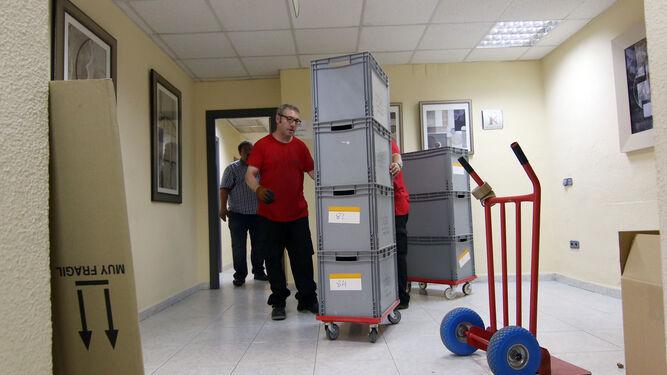 Operarios trasladan archivos del Instituto de Medicina Legal a la Ciudad de la Justicia.